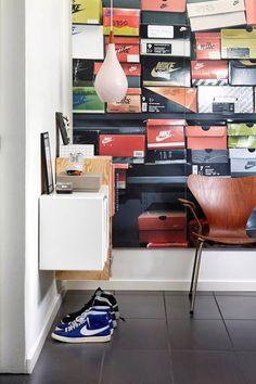 På bagvæggen i Michaels kontor hænger en iøjenfaldende og meget dekorativ photo wall fra Nikes showroom. Den fine lampe er en vintage Holmegaard pendel og på væggen hænger reoler fra Montana og Trævarefabrikernes Udsalg.