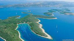 Die viertgrößte kroatische Insel ist zugleich die touristischste Süddalmatiens. Den Beinamen Kräuterinsel trägt sie, weil Salbei und Rosmarin, vor allem aber Lavendel hier in großen Mengen wachs