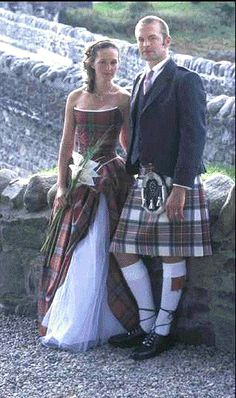 Wedding bouquets with tartan cover, matching the groom& kilt. Scottish Wedding Dresses, Scottish Dress, Tartan Wedding Dress, Scottish Wedding Traditions, Kilt Wedding, Scottish Weddings, Tartan Dress, Grooms In Kilts, Men In Kilts