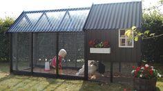 Billedresultat for hønsehus i haven Walk In Chicken Coop, Cute Chicken Coops, Diy Chicken Coop Plans, Chicken Coup, Chicken Garden, Chicken Coop Designs, Urban Chickens, Cute Chickens, Keeping Chickens