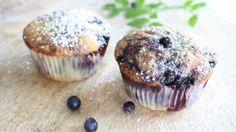 Blåbærmuffins - Blåbær er proppfulle av antioksidanter og er å få kjøpt i butikken hele året. Butikkbærene importeres fra hele verden og kalles hagebær. Bærene har et lyst fruktkjøtt, mens bærene fra skogen (Bilberries på engelsk) har en mørk farge tvers igjennom. Begge variantene er sunne, men ifølge ekspertene inneholder bærene vi plukker i skogen aller flest antioksidanter. (Oppskriften gir 12 muffins, altså 2 til hver.)