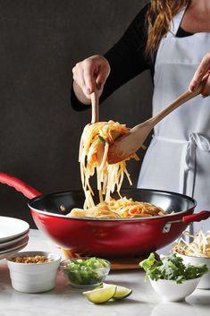 Ce wok Yamato Remy Olivier est parfait pour faire sauter vos légumes préférés. Il est fabriqué en fonte, un matériau performant à haute température. Il cuit rapidement ce qui permet aux aliments de garder leurs propriétés. Wok, Thai Recipes, Asian Recipes, Pizza, Stir Fry, Serving Bowls, Fries, Favorite Recipes, Beef