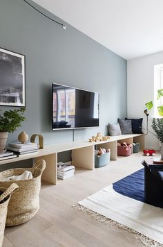 Bolig Magasinets stylist tryller legetøjskaos til rummelig s Home Living Room, Room Design, Living Room Furniture, Interior, Small Living Room, Trendy Living Rooms, Interior Design, Home And Living, Living Room Designs