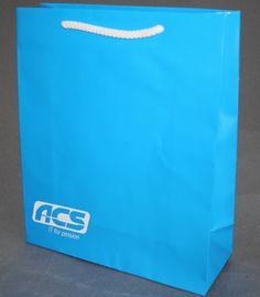 Vollflächig bedruckte Papiertragetasche mit einer Pantonefarbe und negativ aufgebrachtem weißen Logo Paper Shopping Bag, Bags, Decor, Company Logo, Cardboard Packaging, Present Wrapping, Packaging, Handbags, Decoration