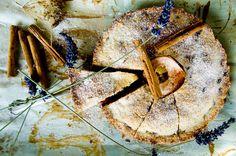 Kruchy placek z jabłkami, malinami i lawendą