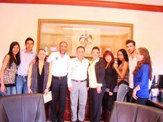Alumnos de intercambio visitan al alcalde de Cortazar, Juan Aboytes Vera, en Presidencia Municipal.