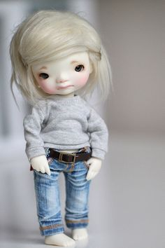 Jeans! Sweatshirt! biting her lip! white hair with silver clips! Love!