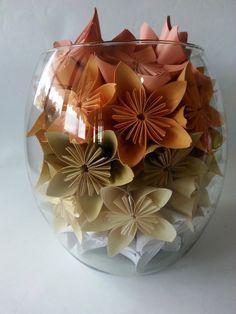 Arranjos de vidro com sakuras de origami. <br> <br>Lindo para decorar sua festa e até mesmo sua casa <br> <br>Cada arranjo possui aproximadamente 40 sakuras de origami. <br> <br>Escolha até três tons para as flores. <br> <br>* O PRAZO PARA CONFECÇÃO É DE 15 DIAS APÓS A CONFIRMAÇÃO DE PAGAMENTO. <br> <br>* Frete sob responsabilidade do cliente com opções de envio por SEDEX ou encomenda normal (PAC