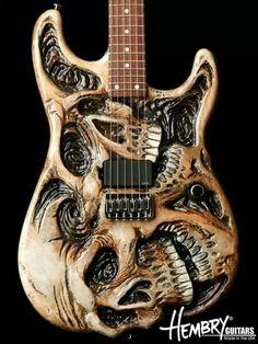 Carved-Guitar mit geschnitzten Schädeln. sehr gut gelungen finde ich.