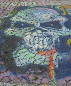 Gruseliger Totenschädel, Kreidemalerei vor dem Schauspielhaus in Düsseldorf - Foto: S. Hopp