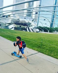 🌎 A nice ride at #milleniumpark in #chicago with @_turquoisedragonfly_ Kids   Outdoor activities   Parenting   Toys   Scooter   Kids scooter   Yvolution   Mother   Toddler   Y Glider