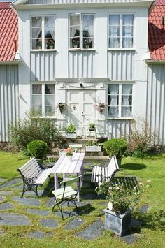Swedish courtyard...Cute idea for a Farmhouse