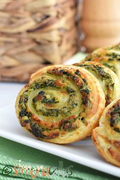 Spirale aperitiv cu spanac si branza Finger Food Appetizers, Finger Foods, Appetizer Recipes, Pastry And Bakery, Cooking Recipes, Healthy Recipes, Food And Drink, Lunch, Dishes