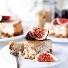 What's going onFriday Morning Always good to have Cake stored in the Fridge. So in love with this CINNAMON CHEESECAKE made with an Apple Pie Granola Crust using my favorite Products from @questnutrition and @mymuesli  And fresh Figs and Maple Syrup besides-top that. Oh and it's sugar-free and high in Protein as well. Curious?Need to check out my Blog for more Pics and the Recipe. English and German of course. So no Time to relax this Sunday. Uni Stuff and some Recipes and Posts need to be…