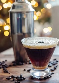 Caramel Espresso Martini Vodka Cocktails, Cocktail Drinks, Fun Drinks, Yummy Drinks, Beverages, Martini Recipes, Vodka Recipes, Cocktail Recipes, Drink Recipes