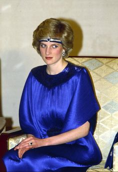 Diana Princess Of Wales At A Dinner Hosted By Emperor Hirohito In Japan She Is Wearing A Pleated Royal Blue Evening Dress Designed By Fashion. Princess Diana Jewelry, Princess Diana Fashion, Princess Diana Pictures, Royal Blue Evening Dress, Blue Evening Dresses, Designer Evening Dresses, How To Wear Headbands, Diane, Elisabeth