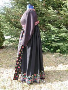 """Flå bunad with jacket called """"Sjartetroye""""  Foto: Vibeke Hjønnevåg http://home.online.no/~vi-hjoen/"""