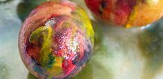 Kunst trifft Chemie. Falls ihr mal keine Lust mehr auf das übliche Eier färben habt und zugleich noch ein cooles chemisches Experiment ausprobieren möchtet, seid ihr hier genau richtig!