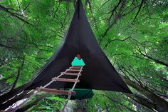 Tentsile - Floating Treehouse Tent Created by Alex A portable hanging tree tent called Tentsile has been created by a UK-based tree house architect, Alex Shirley-Smith. Alex along with his designer Kirk Kirchev has taken the camping to the next level. Best Tents For Camping, Cool Tents, Tent Camping, Outdoor Camping, Camping Ideas, Glam Camping, Camping Recipes, Suspended Tent, Tree Tent