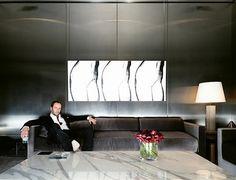 Tom Ford en el salón de su casa en Londres