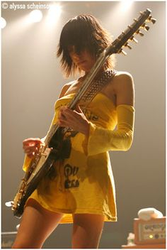 PJ Harvey - Rock Werchter Haacht - Vooruit, Gent For she is mighty. Female Guitarist, Female Singers, Rock Indé, Photo Rock, Rock And Roll, Historia Do Rock, Carrie Brownstein, Blues, Rock Music