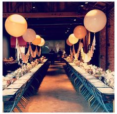 Ideas For Baby Shower Table Decoration Ideas For Boys Paper Lanterns DIY Paper Large Balloons, Giant Balloons, Baby Shower Table Decorations, Wedding Decorations, Ballon Helium, 1940s Party, Deco Ballon, Decoration Chic, Celebration Balloons