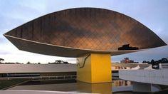 """Conhecida pelos curitibanos como """"museu do olho"""", por causa de seu formato, a instituição foi inaugurada em 2002. O lendário arquiteto brasileiro que dá nome ao museu foi quem fez o projeto, concluído quando ele estava com 95 anos. O prédio de 185 metros quadrados abriga obras de arte internacionais, assim como peças que pertenceram ao próprio Niemeyer."""