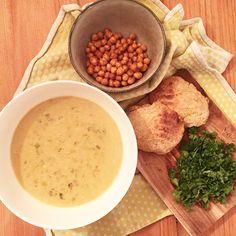 Thai-inspireret suppe med ristet kikærter og hjemmebagt brød!