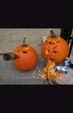 Halloween is incomplete without Pumpkin carvings. This season try these Pumpkin carving ideas and decorate your home with it to spread the spooky affair. Halloween Sanglant, Courge Halloween, Halloween Pumpkin Designs, Adornos Halloween, Diy Halloween Decorations, Halloween Pumpkins, Outdoor Halloween, Easy Pumpkin Designs, Halloween Cupcakes
