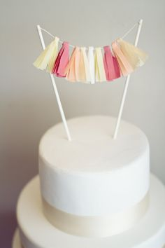 tassel garland cake topper- love these for party cakes! Diy Cake Topper, Cupcake Toppers, Cupcake Cakes, Flag Cake, Cake Bunting, Fabric Bunting, Buntings, Candybar Wedding, Wedding Cakes