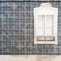 Azulejos - The architecture in Faro is characterized by the azulejos: hand-painted ceramic tiles. They cover the facades of the buildings in every single corner of this lovely city.
