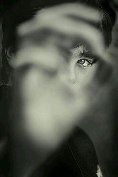 Gli occhi di ciascuno sono uno specchio che riflette il dolore dell'altro
