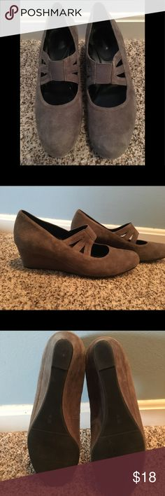 Retro wedges in grey suede✌🏾 Super cute classic wedges! Say 8 and a half but fit like a 8! I got them at a vintage store in Baltimore. The lift of a heel with the security of a wedge, look great with jeans or a fancy dress! Vintage Shoes Wedges