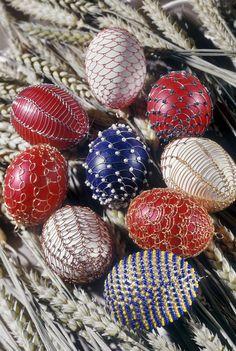 Zkušenější drátenice či dráteník může používat jiné vzory či přidat korálky Foto: Viking Knit, Metal Baskets, Wire Jewelry, Easter Eggs, Craft Ideas, Diy Crafts, Knitting, Gifts, Wire