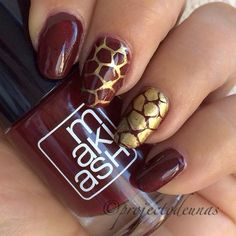 Simple manicure with Makiash no 301 stamped with @mundodeunas gold and @bundlemonster BM 313 #projectodeunas #livbox #makiash