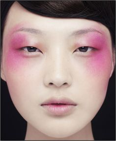 A bit too high fashion for every day, but a cool look nonetheless! #eyeshadow #boldmakeup