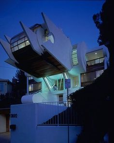 This hillside house by Robert Harvey Oshatz rises up like a giant robot or hovering spacecraft with amazing views – matched only by offbeat modern interior living spaces contained in this strange form. Houses Architecture, Organic Architecture, Amazing Architecture, Architecture Details, Unique Buildings, Interesting Buildings, Amazing Buildings, Gaudi, Pyramid House