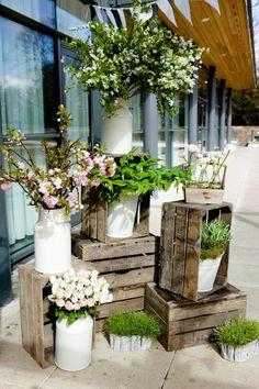 Cajas de madera apiladas para decorar entradas con jarrones vintage, para una boda vintage rústica. #BodasVintage