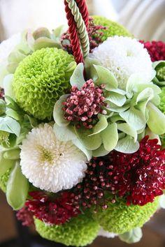 爽やかな和のボールブーケ 白とグリーンのポンポンマム、ライトグリーンのアジサイが持つ和紙のような質感、そこにスカビオサと実で赤を加え、和のボールブーケにしました。着物のデザインを邪魔しないよう、組み合わせる花数はシンプルに。手まりを連想させるボールブーケは、和の装いを引き立てます。