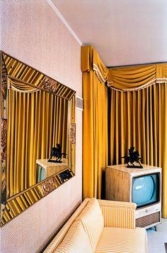 Google Image Result for http://arttattler.com/Images/NorthAmerica/NewYork/Whitney/William%2520Eggleston/14-eggleston_graceland.jpg