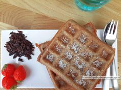 De gezonde wafels zijn fantastisch gelukt! Geen wafelijzer? Niet getreurd, dan kan je van hetzelfde beslag ook heerlijke gezonde pannenkoekjes bakken :-) Fast Healthy Meals, Healthy Sweets, Healthy Snacks, Healthy Recipes, Low Carb Waffles, Savory Waffles, Dessert Decoration, Low Carb Desserts, Best Breakfast