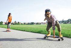 Was macht Snowboarder Mario Stanojevic, wenn der Schnee unter seinem Brett fehlt? Er ärgert sich nicht. Stattdessen sieht man ihn auf das elektrisch angetriebene #Skateboard steigen und den Flow mit einem breiten Grinsen im Gesicht genießen, wie bei einer rasanten Abfahrt in frischem Powder. 🔋💪🏻 // #skaten #skateboard #eskaten #dynasty #dynastyfun #elektromobilität #emobility #fun #urban #city #stadt #funsport #emobilität #etecmagazin #etecmag