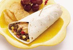 Saftiges Rinderhack mit Mais und gegrillter Paprika, dazu ein Käse-Salsa-Dip, und das alles nach Burrito-Art in eine Tortilla gewickelt – so einfach kann Genuss sein!