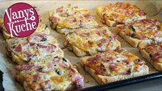 Das gibt es bei uns… Here I have a super delicious pizza toast recipe for you. Homemade Green Bean Casserole, Healthy Green Bean Casserole, Chick Deviled Eggs Recipe, Toast Pizza, Vegetarian Crockpot Recipes, Party Sandwiches, Snacks Für Party, Sandwich Recipes, Diy Food