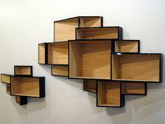 Une bibliotheque murale avec effet visuel dynamique. Une creation de la jeune designer Ka-Lai Chan pour Kristalia.