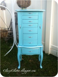 I have a jewelry box just like this! I wonder if Alan would let me make the room White, Black and Tiffany Blue.