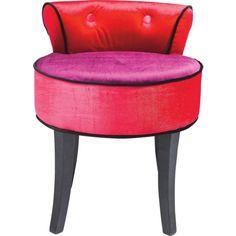 Dieser Hocker kommt absolut trendig daher. Durch die Farbkombination von Lila und Rot erinnert der Sessel an den Einrichtungsstil der 1980er Jahre!