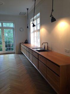 Elsker mit Garde Hvalsøe køkken med de fine La Lampe Gras loftslamper