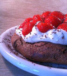 Chocoladepavlova met slagroom en aardbeien ... dat ziet er zo heerlijk uit!