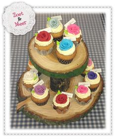 Cupcakes Boomstam etagiere Cupcakes, Diys, Birthday Cake, Desserts, Food, Rustic Wood, Tailgate Desserts, Cupcake, Birthday Cakes